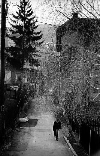 BOSNIA-HERZEGOVINA, Sarajevo, March 2003..10 years after the end of the war, I came for the first time in Sarajevo. I have in mind the images of the besieged city. The daily death, the impotence and the guilty inaction of the international community, the sad spectacle of a war in Europe. 10 years later, I walk the streets obsessed with the scars of war..Steet view of the city...BOSNIE-HERZEGOVINE, Sarajevo, Mars 2003..10 ans après la fin de la guerre, j'arrive pour la première fois à Sarajevo. J'ai encore en tête les images de la ville assiégée. La mort quotidienne, l'impuissance voire l'inaction coupable de la communauté internationale, le spectacle désolant d'une guerre en Europe. 10 après, je déambule dans les rues obsédé par les stigmates de la guerre..Dans les rues de la ville..© Bruno Cogez