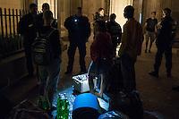 Ca. 30 Fluechtlinge aus ueber 10 Laendern aus Afrika und Asien sind am Donnerstag den 17. Juli 2014 vor dem Brandenburger Tor in den Hungersteik getreten. Sie fordern einen sicheren Aufenhalt in Deutschland und ein Bleiberecht.<br /> Es ist bereits der 3. Hungerstreik von Fluechtlingen an dieser Stelle.<br /> Im Bild: Die Polizei will verhindern, dass Trinken, Decken und Schlafsaecke zu den Fluechtlingen gebracht wird. Sie muss nach Ueberpruefung der Rechtmaessigkeit jedoch die Sachen durchlassen.<br /> 17.7.2014, Berlin<br /> Copyright: Christian-Ditsch.de<br /> [Inhaltsveraendernde Manipulation des Fotos nur nach ausdruecklicher Genehmigung des Fotografen. Vereinbarungen ueber Abtretung von Persoenlichkeitsrechten/Model Release der abgebildeten Person/Personen liegen nicht vor. NO MODEL RELEASE! Don't publish without copyright Christian-Ditsch.de, Veroeffentlichung nur mit Fotografennennung, sowie gegen Honorar, MwSt. und Beleg. Konto: I N G - D i B a, IBAN DE58500105175400192269, BIC INGDDEFFXXX, Kontakt: post@christian-ditsch.de<br /> Urhebervermerk wird gemaess Paragraph 13 UHG verlangt.]