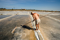 Cervia (prov. Ravenna) saline Camillone, Gruppo Culturale Civiltà Salinara,produzione artigianale del sale. Ex operaio saline durante la raccolta del sale