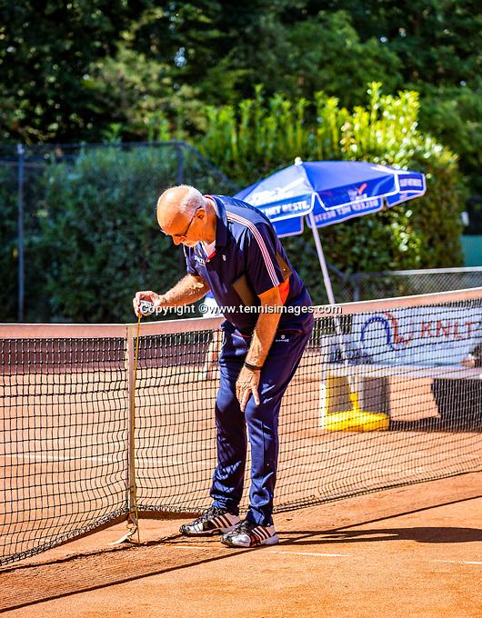 Hilversum, Netherlands, Juli 29, 2019, Tulip Tennis center, National Junior Tennis Championships 12 and 14 years, NJK, Linesman mesuring net<br /> Photo: Tennisimages/Henk Koster