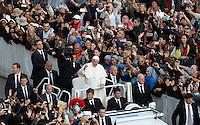 Papa Francesco saluta i fedeli al termine di una messa per la conclusione del Giubileo della Misericordia, in Piazza San Pietro, Citta' del Vaticano, 20 novembre 2016.<br /> Pope Francis waves to faithful at the end of a Mass for the conclusion of the Jubilee of Mercy, in St. Peter's Square at the Vatican, 20 November 2016.<br /> UPDATE IMAGES PRESS/Isabella Bonotto<br /> <br /> STRICTLY ONLY FOR EDITORIAL USE