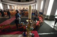 """In den Abendstunden des 11. September 2014 haben ca. 100 Fluechtlinge und Unterstuetzer eine Kirche in Berlin-Kreuzberg besetzt. Viele der Fluechtlinge sind seit dem Vertragsbruch des Berliner Senats  obdachlos. Dies nannten die Menschen als einen der Gruende fuer die Besetzung der Thomas-Kirche am Kreuzberger Mariannenplatz. Verhandlungen mit der Kirchenleitung ueber einen Verbleib in der Kirche und die Moeglichkeit eines Kirchenasyls fanden bis in die spaeten Abendstunden statt.<br /> Einer der Gruende, warum diese Kirche besetzt wurde, ist die Haltung der Pfarrerin Claudia Mieth. So schrieb sie im August 2014 in der Gemeindezeitung: """"...muessen wir die humanen Aspekte dieser schwierigen Situation immer wieder aufzeigen und anfragen. Wie genau das in unserer Gemeinde aussehen kann, muessen wir gemeinsam diskutieren.""""<br /> 11.9.2014, Berlin<br /> Copyright: Christian-Ditsch.de<br /> [Inhaltsveraendernde Manipulation des Fotos nur nach ausdruecklicher Genehmigung des Fotografen. Vereinbarungen ueber Abtretung von Persoenlichkeitsrechten/Model Release der abgebildeten Person/Personen liegen nicht vor. NO MODEL RELEASE! Don't publish without copyright Christian-Ditsch.de, Veroeffentlichung nur mit Fotografennennung, sowie gegen Honorar, MwSt. und Beleg. Konto: I N G - D i B a, IBAN DE58500105175400192269, BIC INGDDEFFXXX, Kontakt: post@christian-ditsch.de<br /> Urhebervermerk wird gemaess Paragraph 13 UHG verlangt.]"""