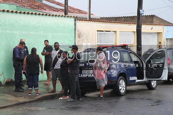 Campinas (SP), 28/01/2020 - Moradores da ocupação Nelson Mandela em Campinas, interior de São Paulo, realizaram um ato no local da antiga ocupação no Jardim Capivari. A manifestação foi para monstrar o terreno que hoje serve como lixão e contra a possível reintegração de posse no novo local onde estão instalados. Na tarde desta terça-feira (28) eles carregaram velas e cruzes mostrando a morte do local onde viviam.