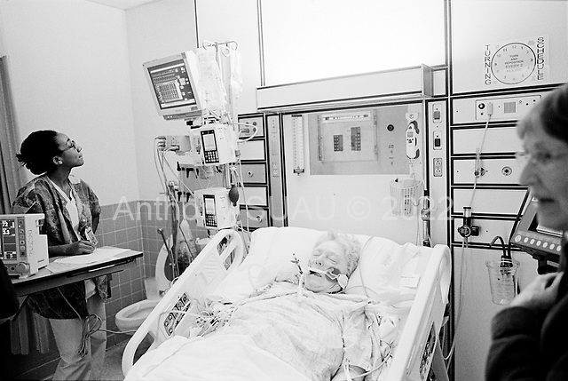 Chicago, Illinois<br /> USA<br /> December 17, 2009<br /> <br /> At the University of Chicago Medical Center Geraldine Martin, 80 years old, after open heart surgery, to have a valve replaced and hole repaired, arrives 5 hours later in intensive care. She is accompanied by her sister Helen Martin (right) after to the surgery.