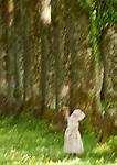 Deutschland, Bayern, Oberbayern, Chiemgau: im Wald tanzendes kleines Maedchen mit Strohhut, erhebliche Unschaerfe und Bewegungsunschaerfe wodurch der Character eines Gemaeldes entsteht | Germany, Upper Bavaria, Chiemgau: dancing little girl with straw hat in a forest, substantial blur and in-motion unsharpness