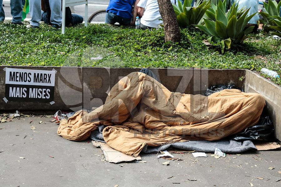 SÃO PAULO,SP, 16.08.2015 - PROTESTO-DILMA - Morador de rua dorme durante ato contra o governo Dilma Rousseff (Partido dos Trabalhadores) na Avenida Paulista em São Paulo, neste domingo, 16. (Foto:Adriana Spaca/Brazil Photo Press)