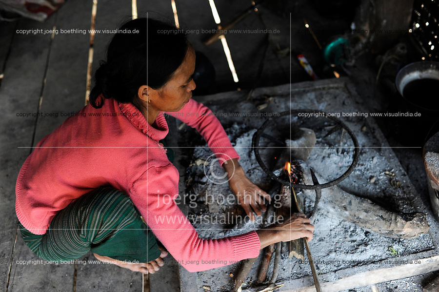 LAO PDR, province Oudomxay , village Houyta, ethnic group Khmu, woman cooks with firewood / LAOS Provinz Oudomxay Dorf Houyta , Ethnie Khmu , Frau Yi kocht mit Feuerholz in ihrer Kueche