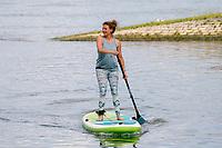 Lia Böhnke auf ihrem SUP-Board an der Mündung des Ginsheimer Altrheins - Ginsheim-Gustavsurg 20.06.2021: Stand-up Paddling