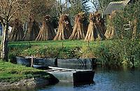 Europe/France/Pays de la Loire/44/Loire-Atlantique/Parc Naturel Régional de Brière: Meules de chaume à l'embarcadère de Breca