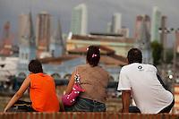 Amanhece em Belém.<br /> <br /> Ver o Peso<br /> <br /> O município de Belém,  capital do estado do Pará, outrora denominada Santa Maria de Belém do Grão Pará, foi fundada em 12 de janeiro de 1616 pelo capitão Francisco Caldeira Castelo Branco. De acordo com estimativa do censo 2010 do IBGE a cidade  tem hoje  cerca de 1.402.056 habitantes,    distribuídos entre seu núcleo urbano e suas 39 ilhas.  A região Metropolitana de Belém  conta com mais de 2,3 milhões de habitantes, e tem hoje a maior população metropolitana da Amazônia sendo uma das cidades mais antigas da região.  Situada entre a baia do Guajará e o rio Guamá Latitude:01° 23'.6 Sul Longitude: 048° 29'.5 Oeste. <br /> Belém, Pará, Brasil<br /> Foto Paulo Santos<br /> 11//01/2012