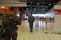 Erhöhte Sicherheitsstufe am Flughafen Charles de Gaulle in Paris nach den Anschlägen - Frankreich vs. Deutschland, EM-Qualifikation, Stade de France