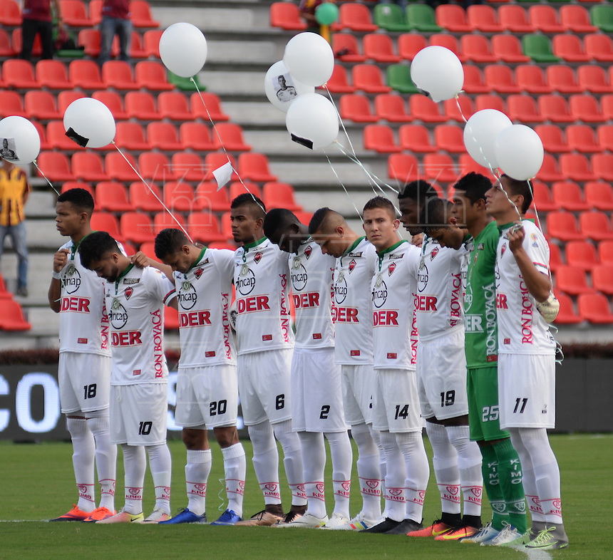 IBAGUE -COLOMBIA, 04-12-2016 . Jugadores del Tolima portan bombas blancas en homenaje a los jugadores del Chapecoense de Brasil muertos en la tragedia aérea durante los actos protocolarios previo al encuentro de vuelta entre el Deportes Tolima y el Patriotas FC por los cuartos de final vuelta de la Liga Aguila II 2016 disputado en el estadio Murillo Toro./  Players of Tolima hang up white globes in honor of the players of Chapecoense of Brazil died in the airplane tragedy, prior second leg match between the Deportes Tolima and Patriotas FC during a quarter-final second leg match of the Aguila II 2016 League played in the Murillo Toro stadium. Photo: VizzorImage / Juan Carlos Escobar / Contribuidor