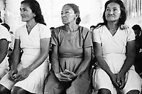 Mulheres werekena na comunidade de Anamoim, alto rio Xié, fronteira do Brasil com a Colômbia. Amazonas , Brasi, participam de reunião para discutir o uso da piaçaba.<br />Foto Paulo Santos/Interfoto<br />06/06/2002 Expedição Werekena do Xié<br /> <br /> Os índios Baré e Werekena (ou Warekena) vivem principalmente ao longo do Rio Xié e alto curso do Rio Negro, para onde grande parte deles migrou compulsoriamente em razão do contato com os não-índios, cuja história foi marcada pela violência e a exploração do trabalho extrativista. Oriundos da família lingüística aruak, hoje falam uma língua franca, o nheengatu, difundida pelos carmelitas no período colonial. Integram a área cultural conhecida como Noroeste Amazônico. (ISA)