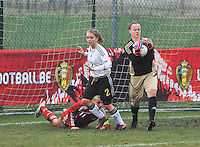 Denmark U17 - Germany U17 : doelvrouw Miriam Hanemann (GK) (C). aan de bal voor 2.Ricarda Walkling.foto Joke Vuylsteke / Vrouwenteam.be