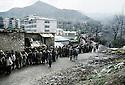 Turquie 1991.Les réfugiés kurdes sur la frontière attendant une distribution de nourriture.Turkey 19991.Kurdish refugees on the border, queueing for food