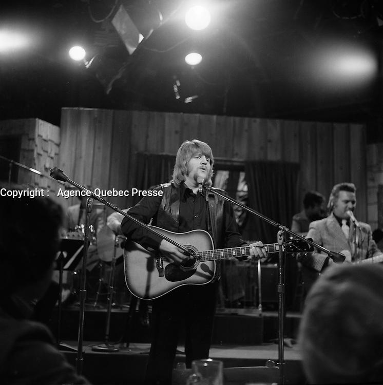 Johnny Farago, vers 1970<br /> <br /> (date exacte inconnue)<br /> <br /> PHOTO : Agence Quebec Presse - Roland Lachance<br /> <br /> Admirateur inconditionnel d'Elvis Presley, il passa une grande partie de sa carrière à l'imiter et à lui rendre hommage
