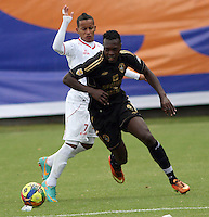 BOGOTA -COLOMBIA, 23 -AGOSTO-2014. Juan Nuñez  ( Der) de Fortaleza F.C. disputa el balón con Michael Barrios  ( Izq ) de Uniautonoma  durante partido de la  sexta fecha  de La Liga Postobón 2014-2. Estadio Metroplitano de Techo . /  Juan Nuñez (R) of Fortaleza F.C.  fights for the ball with Michael Barrios   of Uniautonoma   during match of the 6th date of Postobon  League 2014-2. Metroplitano de Techo Stadium. Photo: VizzorImage / Felipe Caicedo / Staff