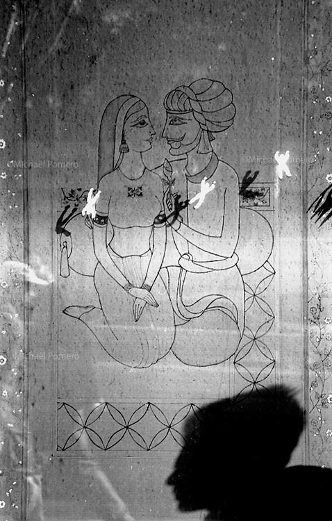 12.1996<br /> <br /> Man selling small toys climbing in a shop window.<br /> <br /> Homme vendant des petit bonhomme se collant aux vitrines.
