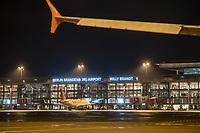 Mit 9 Jahren Verspaetung wurde am 31. Oktober 2020 der Flughafen Berlin-Brandenburg BER in Schoenefeld eroeffnet.<br /> Im Bild: Blick auf das Terminal 1-2 von der Landebahn aus. An einem Gate steht ein Flugzeug der Luftfahrtgesellschaft Easy Jet.<br /> 31.10.2020, Schoenefeld<br /> Copyright: Christian-Ditsch.de