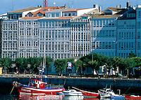 Glasbalkone und  Hafen, La Coruña, Galicien, Spanien