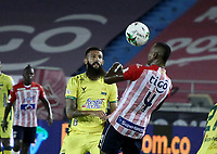BARRANQUILLA - COLOMBIA, 05-03-2021: Wilder Ditta Fuentes de Atletico Junior y Alejandro Quintana de Atletico Bucaramanga disputan el balon, durante partido entre Atletico Junior y Atletico Bucaramanga, de la fecha 11 por la Liga BetPlay DIMAYOR I 2021 jugado en el estadio Metropolitano Roberto Melendez de la ciudad de Barranquilla. / Wilder Ditta of Atletico Junior and Alejandro Quintana of Atletico Bucaramanga battle for the ball, during a match between Atletico Junior and Atletico Bucaramanga of the 11th date for BetPlay DIMAYOR I 2021 League played at the Metropolitano Roberto Melendez Stadium in Barranquilla city. / Photo: VizzorImage / Jesus Rico / Cont.