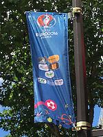 Straßenfahne zur Werbung für die EM in Paris am Boulevard Haussmann - EM 2016: Rumänien vs. Schweiz, Parc de Princes, Gruppe A 2. Spieltag, Paris