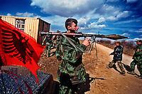 LIKOVC / DRENICA / KOSOVO - AGOSTO 1998.COMANDO GENERALE DELL'ESERCITO DI LIBERAZIONE DEL KOSOVO..I GUERRIGLIERI ALBANESI SI SONO ORGANIZZATI, HANNO ARMI E INIZIANO A RISPONDERE DURAMENTE AGLI ATTACCHI DELLE FORZE DI SICUREZZA JUGOSLAVE. DOPO AVER OTTENUTO IL RICONOSCIMENTI FORMALE DEGLI STATI UNITI, INIAZIA UNA NUOVA FASE DEL CONFLITTO CHE PORTERA' ALL'INTERVENTO DELLA NATO..FOTO LIVIO SENIGALLIESI..LIKOVC / DRENICA / KOSOVO - AUGUST 1998.CONFLICT ESCALATION. KOSOVO LIBERATION ARMY OCCUPIES STRATEGIC POSITIONS THANKS TO THE WEAPONS PROVIDED THROUGH ALBANIA..IN THE PICTURE THE KLA HEAD QUARTER IN DRENICA..PHOTO LIVIO SENIGALLIESI