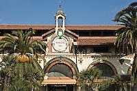 Europe/France/06/Alpes-Maritimes/Menton: Partie de Boules devant la halle du marché couvert construite en 1896