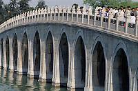 Brücke zur Südseeinsel im Sommerpalast (Yihe Yuan)  in Peking, China, Unesco-Weltkulturerbe