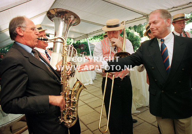 Loenen,25-06-99  Foto:Koos Groenewold <br />Hans Dijkstal en Ronnie Tober op het feest van Dhr Kamminga.