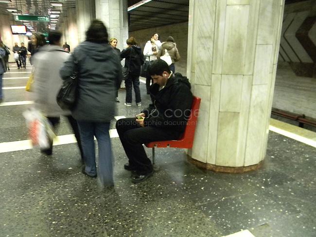 ROUMANIE, Bucarest, station du metro Pacii, 8.11.2011.  Gens du transport publique. Un homme ecoutant de la musique. © Ioana Constantina/ Florian Iancu