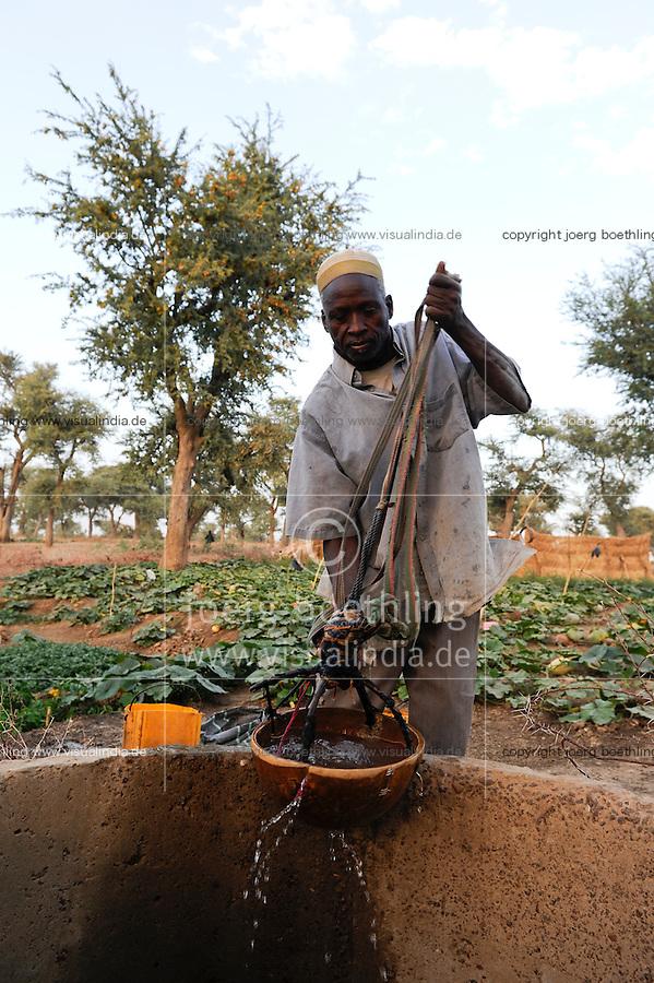 NIGER Zinder, CADEV Caritas Projekte Ernaehrungssicherung im Dorf Baban Tapki, Bewaesserung eines Gemuesegartens aus einem Brunnen / NIGER Zinder, village Baban Tapki, irrigation of vegetable garden from water well , MORE PICTURES ON THIS SUBJECT AVAILABLE!!