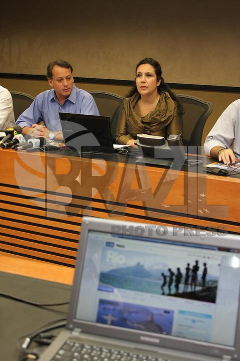 RIO DE JANEIRO, RJ, 03 DE MARÇO DE 2011, SECRETARIO DA RIOTUR APRESENTA MASCOTE DO CARNAVAL - Na manhã quinta-feira, dia 03, o presidente da Riotur, Antônio Pedro Figueira de Melo, o chefe-executivo do Centro de Operações Rio, Sávio Franco, a presidente da Cet-Rio, Cláudia Secin, e o comandante da Guarda Municipal, Ricardo Pacheco, apresentam as 30 novas câmeras de monitoramento da cidade e que entram em operação já para o Carnaval. Os novos equipamentos fazem parte de um total de 400 novas câmeras que serão instaladas até o final do ano em toda a cidade e vão duplicar a capacidade de monitoramento do Centro de Operações. Atualmente, o Centro trabalha com 200 câmeras da Cet-Rio e concessionárias, além de contar com as imagens das 250 da Polícia Militar. Durante a coletiva, também foi apresentado o John Carioca - mascote que vai invadir o carnaval de rua e a Sapucaí representando os milhares de turistas estrangeiros que vêm para o Rio nos dias de folia. (FOTO: MAURICIO BAZILIO / NEWS FREE).