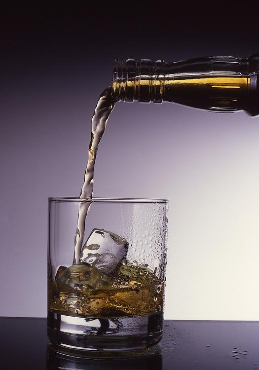 Whisky, Glas, Flasche, Eiswuerfel, Eingiessen, Food, Getraenke, Alkoholisch, Nahrung, Nahrungsmittel, Ernaehrung, Essen und Trinken, Lebensmittel<br /> [Fuer die Nutzung gelten die jeweils gueltigen Allgemeinen Liefer-und Geschaeftsbedingungen. Nutzung nur gegen Verwendungsmeldung und Nachweis. Download der AGB unter http://www.image-box.com oder werden auf Anfrage zugesendet. Freigabe ist vorher erforderlich. Jede Nutzung des Fotos ist honorarpflichtig gemaess derzeit gueltiger MFM Liste - Kontakt, Uwe Schmid-Fotografie, Duisburg, Tel. (+49).2065.677997, fotofinder@image-box.com, www.image-box.com]