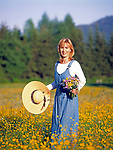 Junge Frau in Blumenwiese - gluecklich | young woman standing in a flower meadow - happy