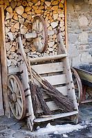 Europe/France/Rhone-Alpes/74/Haute-Savoie/Megève: Détail tas de bois d'une  ferme et chariot