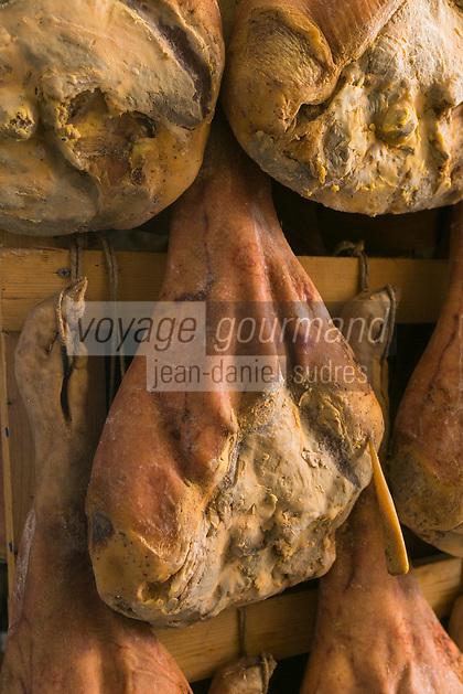 Italie, Val d'Aoste, Vallée du Grand-Saint-Bernard,  Saint-Rhémy-en-Bosses: Vallée d'Aoste Jambon de Bosses est un jambon de montagne, aromatisé avec des herbes de montagne, bénéficiant d'une appellation d'origine protégée (AOP), produit en quantités limitées à Saint-Rhémy-en-Bosses // Italy, Aosta Valley,  Saint Rhemy en Bosses: Vallée d'Aoste Jambon de Bosses is a spicy cured pork product from Saint-Rhémy-en-Bosses in the Aosta Valley in Italy , one of the region's specialties. It was awarded European Union protected designation of origin (PDO) status.[