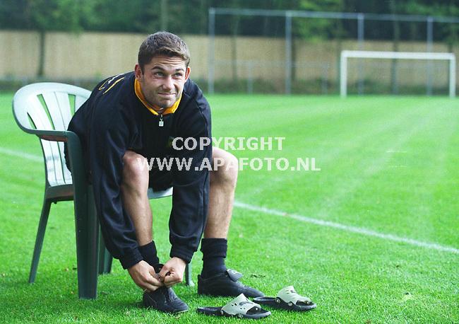 Hoendeloo,29-09-99  Foto:Koos Groenewold<br />Viktor Sikora van Vitesse trekt zijn schoenen aan.