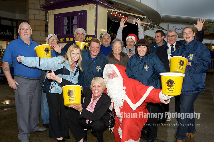 Pix: Shaun Flannery/sf-pictures.com..COPYRIGHT PICTURE>>SHAUN FLANNERY>01302-570814>>07778315553>>..6th October 2009...............Lakeside Village, Doncaster welcome Santa and Thorne Rural Lions for the 2009 festive period..Lakeside Village Manager Cheryl Sadler with Santa.