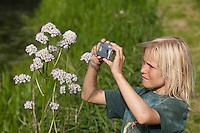 Kind fotografiert mit kleiner Digitalkamera Baldrian, Valeriana officinalis, Fotografieren, Naturfotografie