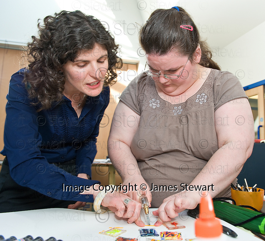 :: JACKIE KILLEEN, DIRECTOR BIG LOTTERY FUND SCOTLAND, IS SHOWN HOW TO MAKE BADGES BY ANNE NEESON AT SENSE SCOTLAND'S TOUCHBASE PROJECT, KINNING PARK ::..