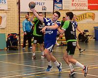 HBC Izegem -  Desselgemse Handbal : Sam Naessens (links) met de aanval voor Izegem voor de vasthoudende Michiel Beke (r) <br /> foto VDB / BART VANDENBROUCKE
