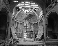 Chœur de la chapelle Dominique-Savio, aussi appelée oratoire Sainte-Thérèse-de-l'Enfant-Jésus, en cours de démolition. / Florent Charbonneau. - 24 août 1960. -