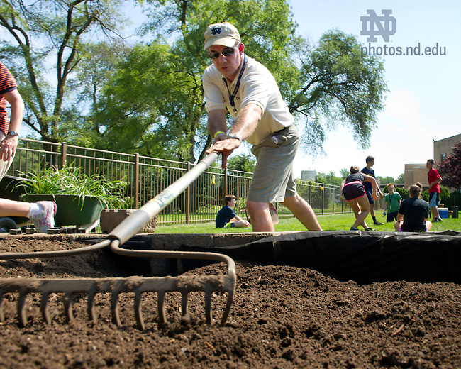 Jul. 30, 2013; Jerry Zurovchak '90 does landscaping work at Healthwin Hospital in South Bend as part of the Alumni Association Family Volunteer Camp.<br /> <br /> Photo by Matt Cashore/University of Notre Dame