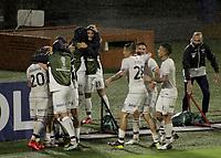 IBAGUE- COLOMBIA, 28-04-2021: Jugadores de Talleres de Cordoba (ARG), celebran el gol anotado a Deportes Tolima (COL), durante partido entre Deportes Tolima (COL) y Talleres de Cordoba (ARG) por la Copa CONMEBOL Sudamericana 2021 en el Estadio Manuel Murillo Toro de la ciudad de Ibague. / Players of Talleres de Cordoba (ARG), celebrate a scored goal to Deportes Tolima (COL), during a match beween Deportes Tolima (COL) and Talleres de Cordoba (ARG) for the CONMEBOL Sudamericana Cup 2021 at the Manuel Murillo Toro Stadium, in Ibague city.  VizzorImage / Juan Torres / Cont.
