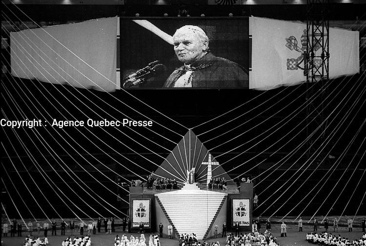 Le Pape Jean-Paul II celebre une messe  au stade olympique, où il est accueilli par 60 000 jeunes âgés de 16 à 25 ans.<br /> <br /> Quelque 2400 jeunes participent au spectacle créé en l'honneur du Saint-Père. Céline Dion chante alors sa célèbre chanson Une colombe au pape. <br /> <br /> <br /> PHOTO :  Agence Quebec presse - Denis Alix