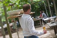 Europe/France/Provence-Alpes-Côte d'Azur/13/Bouches-du-Rhône/Env d'Arles/Le Sambuc:Service au  Restaurant Bio: La Chassagnette