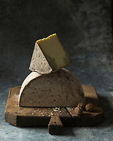 Europe, France, Rhône-Alpes (73), Savoie, Haute-Maurienne :   Bleu de Termignon, Stylisme : Valérie LHOMME  //  Europe, France, Rhône-Alpes, Savoie, Haute-Maurienne :  Bleu de Termignon cheese,  blue veined cheese