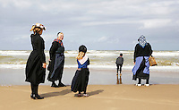 Nederland Katwijk 2016 . Een dagje naar het strand. Noordzee Zomerfestival. Nationaal Klederdracht Festival. Klederdracht uit  Nunspeet. Foto Berlinda van Dam / Hollandse Hoogte