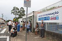 Campinas (SP), 11/02/2021 - VACINA-SP - Idosos enfrentam filas e demora de até duas horas no drivre-thru montado para o primeiro dia de vacinação contra a covid-19 para os com a idade acima de 85 anos no CAIC da Vila União em Campinas, interior de São Paulo, nesta quinta-feira (11).